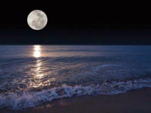 Foto luna piena sul mare per articolo su luna Artificiale