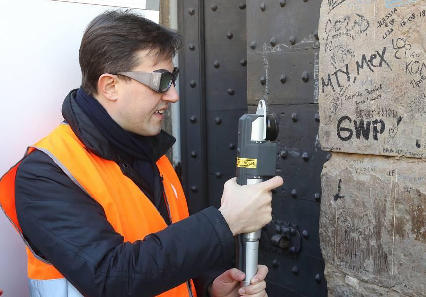 A Firenze viene usato per la seconda volta il laser che toglie le scritte dai muri