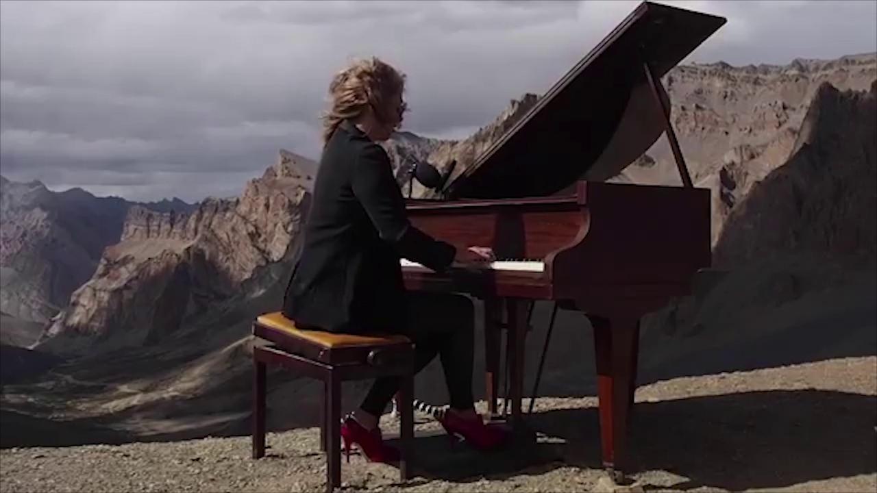 Una pianista britannica suona il pianoforte su una cima dell'Himalaya