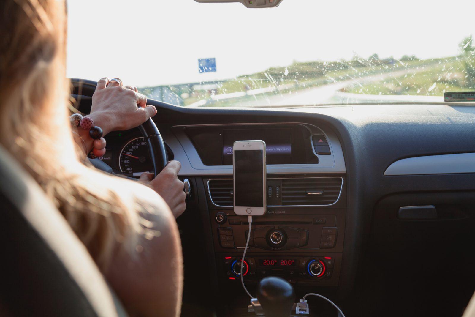 guida con cellulare