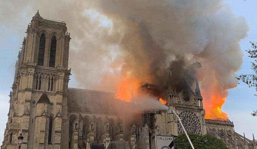 Incendio-alla-cattedrale-di-Notre-Dame-a-Parigi